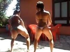 Putinhas dançando gostoso na beira da piscina no porno caseiro