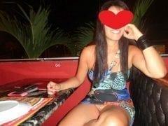 Safada exibe buceta em restaurante de hotel