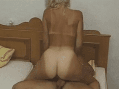 Loira bronzeada fazendo sexo com seu amante na cama do corno
