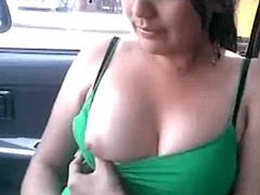 Gostosa universitária mostrando a buceta pro amigo dentro do carro dele