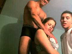 Safada dando pra dois caras em frente do webcam
