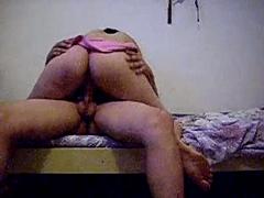 Vadia rebolando gostoso na pica nesse video porno