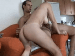 Casal amador registrando foda quente no sofá