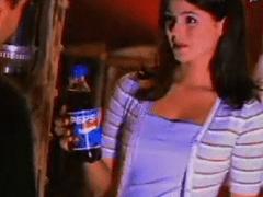 Ninfeta Gostosa e Tarada Faz um Comercial Adulto Proibido da Pepsi Cola em Vídeo Amador