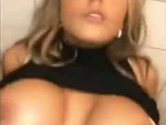 Maria Eduarda Caiu na Net Fazendo Sexo Oral no Amigo Dentro do Banheiro e Filmando Tudo