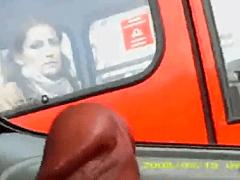 Taradão Tocando Punheta no Carro e Mulher Novinha de Boca Aberta no Ônibus