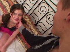 Prima Gata de 18 anos Fazendo Sexo Nesse Video Incesto Com o Primo Que Filmou a Foda