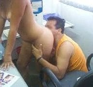 Primeiros Dias no Trabalho Meu Chefe Me Chantageou Me Comeu e Eu Gostei