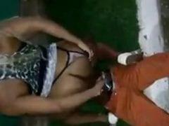 Vazou no WhatsApp Video Amador de Travesti Abusando de Gari Bêbado no Meio da Rua