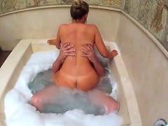 Corno Manso Assiste Sua Esposa Cavalgar na Rola do Amante em Uma Banheira de Hidromassagem e Grava Vídeo Pornô Amador – RJ