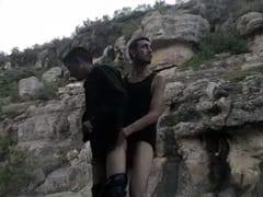Machos Tarados Vão Pra Beira de Uma Cachoeira e Gravam Um Pornô Gay Dando Uma Rapidinha Muito Excitante – MT