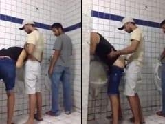 Gays Tarados Dão Uma Rapidinha em um Banheiro Público e Rapaz Grava o Vídeo da Putaria Gay do Seu Celular Para Jogar na Net – PI