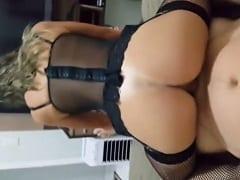 Rabuda Deliciosa Coloca Uma Lingerie Sensual Pra Excitar Namorado e Senta na Vara de Costas Enquanto Ele Grava um Pornô Amador – RJ