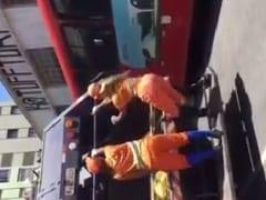 Gari Gostosa Exibe Seu Bumbum Nervoso Dançando Funk em Cima de um Caminhão de Lixo em Belo Horizonte – MG e Grupo de Amigos Filmam Tudo