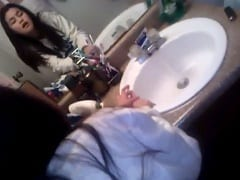 Jovem Come o Cuzinho Apertado da Sua Namorada Ninfeta no Banheiro e Grava um Vídeo Caseiro Filmando a Putinha Pelo Espelho – Xnxx