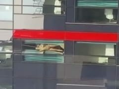 Flagra Amador Real de Casal Trepando na Janela de um Motel Enquanto Funcionários de um Escritório Filmam do Celular – Xvídeos