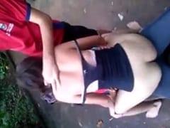 Jovem Safada Faz Uma Orgia Amadora na Parte de Trás da Escola e Rapaz Grava um Vídeo Amador Dela Sentando e Chupando ao Mesmo Tempo – Xvídeos