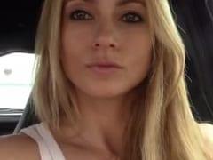 Loira Linda Começa a se Masturbar Com a Mão e um Consolo Dentro do Seu Carro Estacionado e Grava um Vídeo Amador – Xvídeos