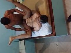 Jovem Tarado de João Pessoa – PB Enfia Seu Cacete Com Força no Coroa Passivo  e Tarados Gravam um Vídeo Amador Gay do Anal