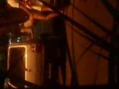 Jovens São Flagrados Trepando Gostoso do Lado do Carro em um Estacionamento, Depois de Saírem de um Bloco de Carnaval – Caiu na Net