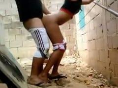 Tesuda Amadora Vai Pra Uma Construção Abandonada Com Seu Marido e Grava um Vídeo Amador Mamando e Trepando em pé – PE