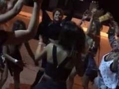 """Gostosas Devassas Perdem a Linha no Meio da Rua e Cantam Música de Putaria """"Chupar Piroca é Uma Coisa Linda"""" – Xvídeos"""