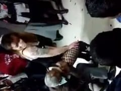 Dançarina Cachorra Faz a Alegria do Velhinho e dá Uma Surra de Buceta na Cara Dele e um Rapaz da Platéia Filma – Xvídeos