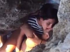 Isabela Amadora Safadinha de Cabo Frio – RJ é Flagrada Trepando Com um Rapaz no Meio Das Rochas da Praia e Vídeo Parou na Net