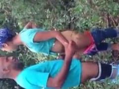 Laís Ninfeta de Bauru – SP Foi Pro Meio do Mato Com Três Amigos, e Enquanto Chupava e Levava Pirocada de Quatro o Outro Filmava
