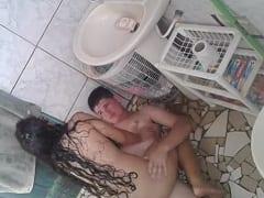 Camille Novinha de Recife – PE Foi Pro Banheiro Com um Colega, Ligou o Chuveiro Pra Disfarçar e Começou a Sentar na Rola Mas Foi Flagrada – Amadora