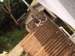 Novinha é Flagrada Trepando em Uma Escadaria em Plena Luz do Dia Sem se Importar Com as Pessoas Passando ao Lado – Amadora