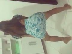 Ao Som de Bumbum Tan Tan a Novinha Rebolou Gostoso e Exibiu Sua Bunda Maravilhosa em Ação Durante Vídeo Caseiro – Amadora