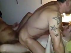 Gay Moreno Sarado Fez Uma Dupla Penetração Levando Rola de Dois Amigos no Seu cu Largo Enquanto um Terceiro Filmava Tudo