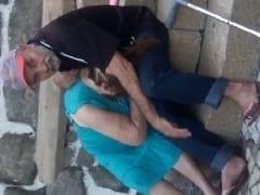 No Centro de Vitória – ES Velho Tarado Colocou Uma Velhinha Devassa Pra Chupar Sua Piroca Murcha e a Galera Filmou Tudo – Caiu na Net
