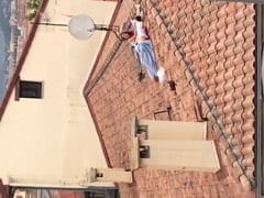 Casal Trepando No telhado