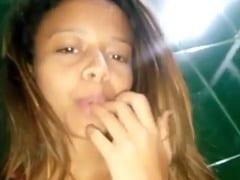 Bruna Ninfeta Tesudinha de Caruaru – PE Tocou Uma Siririca Deliciosa e Quando Ficou Com os Dedos Melados Ela Chupou Tudo – Amadora