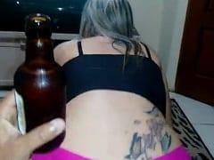 Bianca Esposa Delicia e Submissa Fez a Alegria do Seu Macho Chupando a Rola Dele e Quicando Enquanto Ele Assistia o Futebol Bebendo Cerveja – SP