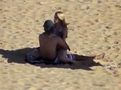 Loira Cachorra Puxou o Biquíni Pro Lado e Sentou Dixavadinho na Piroca do Namorado no Meio da Praia Mas Foram Flagrados – Amadores