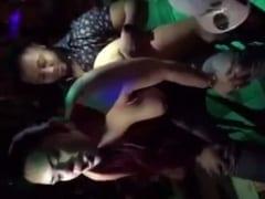 Stripper Safadona e Cheinha Ficou Peladona Rebolando em Cima de Cliente Dentro de Uma Boate Levando a Galera a Loucura – Amadora