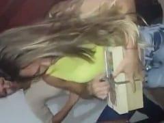 Caroline Amadora Gostosinha Foi Abrir um Presente de Aniversário e Tomou um Susto Quando Saltou Uma Piroca de Borracha Pra Fora – Amadora