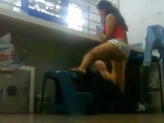 Cristina Amadora de Manaus – AM Ficou no Balcão do Seu Trabalho Recebendo Uma Chupada na Buceta Enquanto Atendia Disfarçadamente Cheia de Tesão