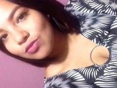 Loany Mendoza Novinha de 19 anos de Pinhais – PR Exibiu Seus Peitos Grandes e Naturais em Fotos Caseiras Mas Parou na Net