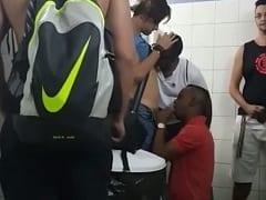 Gay Negão Funcionário do Shopping Distribuiu Boquete no Banheiro do Shopping e Rolou Até Fila de Espera Pelo Oral – SP