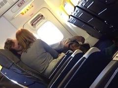 Mulher é Flagrada Tocando Uma Punheta Pro Seu Parceiro no Avião Descaradamente e Malandro Ficou Todo Relaxado – Caiu na Net