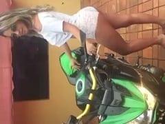 Nina Dias Loirinha Tesuda de Araraquara – SP Ficou Oferecendo Carona na Sua Traseira Enquanto Anunciava um Churrascão – Caiu na Net