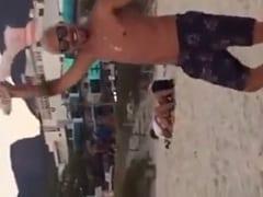 Casal Transa na Praia no Finalzinho de Tarde na Maior Cara de Pau e a Galera em Volta Gravou um Vídeo do Flagra Dando Uma Bela Zuada – RJ