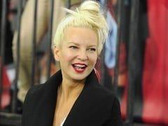 Paparazzo Tira Foto da Cantora Sia Peladona, Tenta Chantagear Mas Ela se Antecipa e Posta o Nude em Seu Twitter Ironizando a Situação