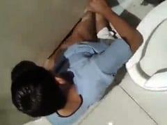 Novinhos Gays Foram Transar em Banheiro Público Por Debaixo da Divisória da Cabine e Acaram Sendo Flagrados Por Outro Rapaz