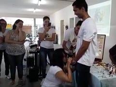 Professora Ensinando Os Alunos Colocar Camisinha Com A Boca