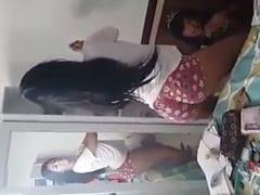 Núbia Novinha Sensacional Ficou Rebolando de Uma Forma Muito Excitante na Frente do Espelho Enquanto Amiga Filmava – Amadora